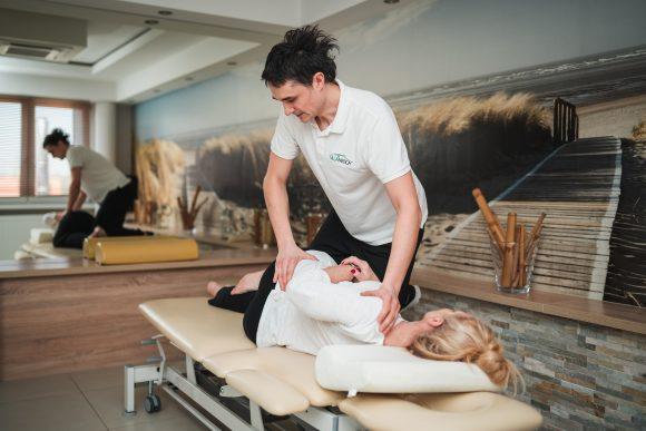 Fizjoterapeuta wykonujący zabieg chiropraktyki.